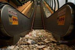 """台风""""山竹""""肆虐香港 海水倒灌住宅商场垃圾漂浮"""