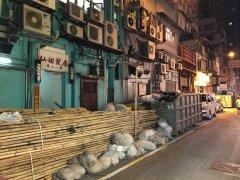 垃圾斗、大量竹棚随地放 香港仔大厦出入口被封堵