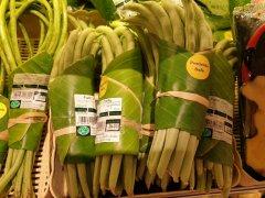 泰国超市支持减塑用香蕉叶包装蔬果 巧用原始材料获网