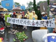要干净牛栏河!新竹环保团体带死鱼赴