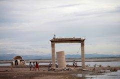 泰国10年来最严重旱灾 被水库淹没佛寺