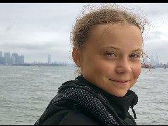 瑞典少女格蕾塔扬帆远航抵达纽约 呼吁紧急采取气候行