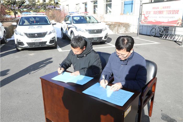 党委书记、局长胡立平与基层单位签订责任状.jpg