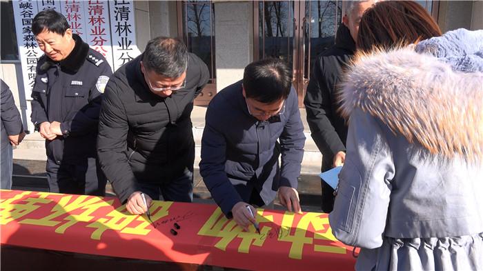 参加启动仪式的干部职工在宣传条幅上郑重签字.jpg