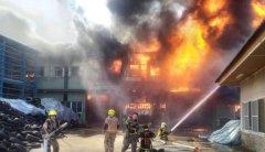 台南市一塑胶工厂大火 浓烟窜天