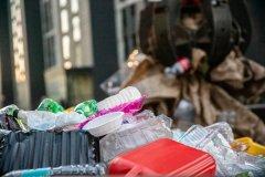 在江边附近堆存约20万立方米垃圾,3人