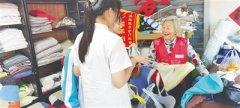 """83岁""""最美环保奶奶""""赵月英近3年缝制3000多个环保布"""