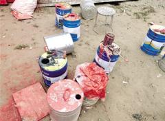 郑州某企业私设喷漆房 废漆桶敞口堆放
