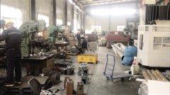 郑州这家机械厂油污满地气味刺鼻 电焊作业还没烟气回