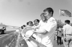 8032万尾鱼苗在橘子洲放流 湖南35个县市区同步放鱼1.3